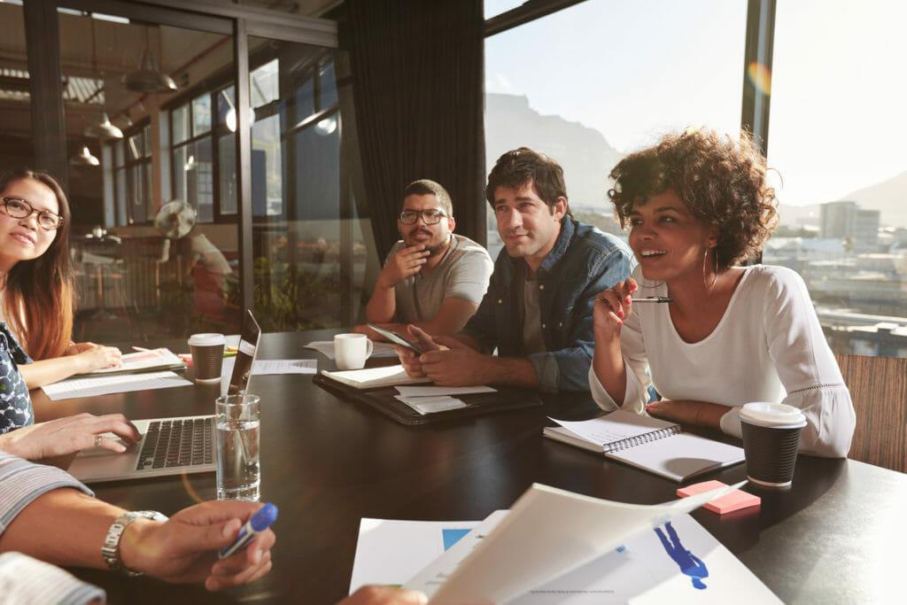 Reunión del equipo de marketing centrado en la agencia
