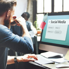 Man op zoek naar de beste sociale mediakanalen voor uw bedrijf