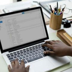 Image d'un homme travaillant sur une campagne de marketing par e-mail